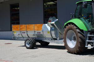 Stöckl Änhängemiststreuer an Deutz-Fahr Traktor